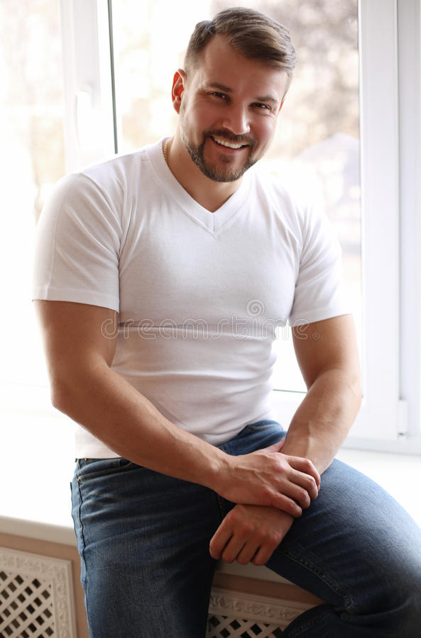 Den stiliga sexiga mannen med den muskulösa sportive kroppen, bär tillfälliga clo royaltyfria foton
