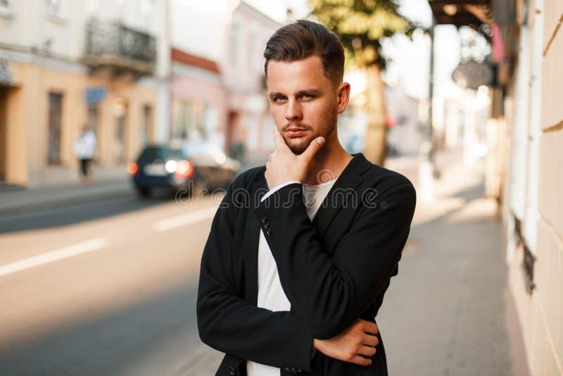 Den stiliga stilfulla unga mannen i affär beklär att posera royaltyfri fotografi