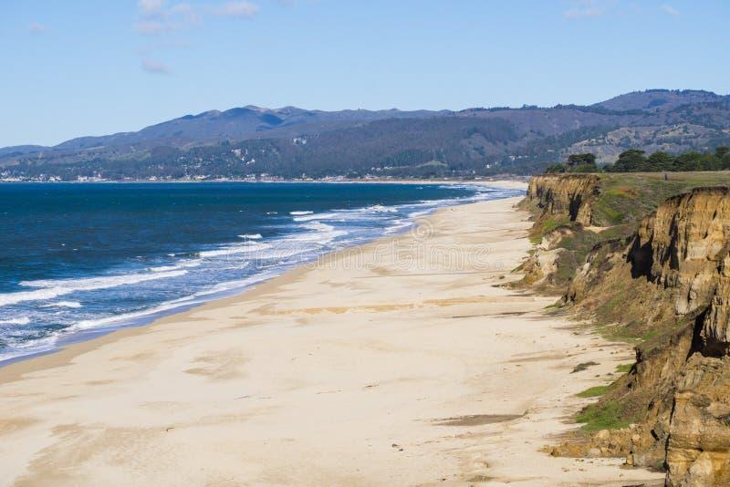 Den Stilla havetkusten och stranden i Half Moon Bayen, Kalifornien royaltyfri foto