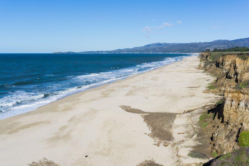 Den Stilla havetkusten och stranden i Half Moon Bayen, Kalifornien arkivbild