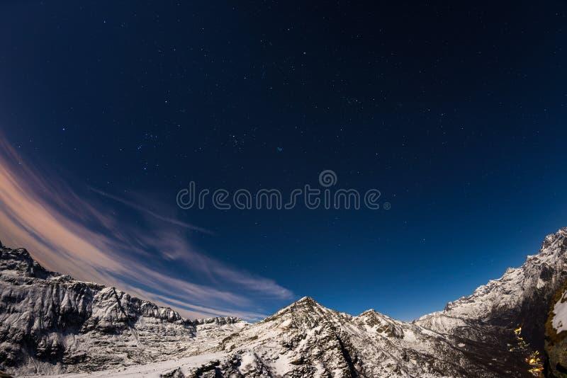 Den stjärnklara himlen ovanför fjällängarna, 180 grad fisheyesikt arkivbild
