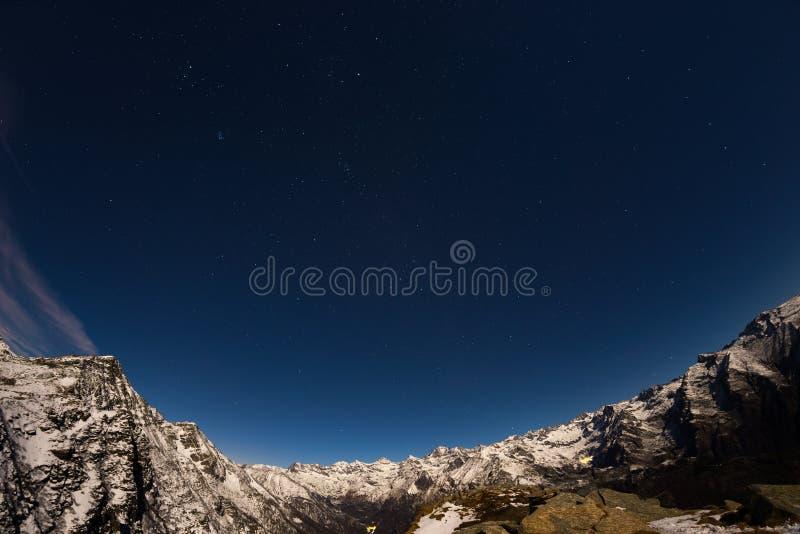 Den stjärnklara himlen ovanför fjällängarna, 180 grad fisheyesikt royaltyfria foton