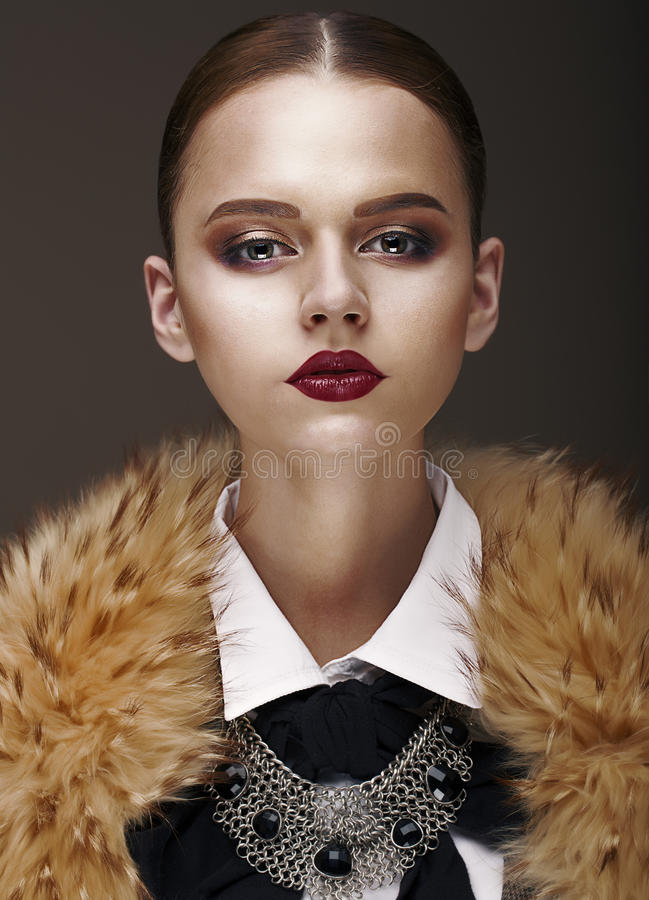 Arrogans. Den Stately lyxiga kvinnan i ull förser med krage och halsbandet royaltyfri bild