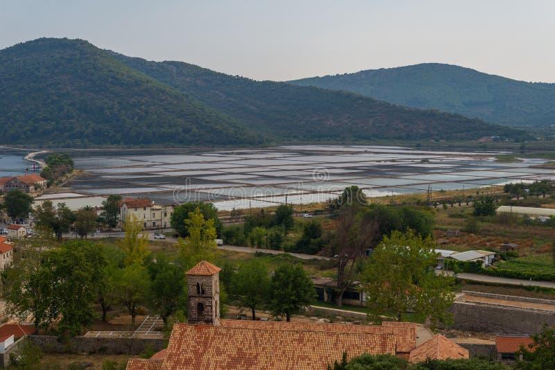 Den Ston staden och dess saltar pannor, den Peljesac halvön, Dalmatia, Kroatien arkivfoto