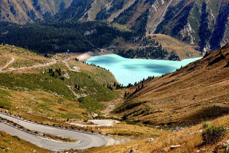 Den stora Almaty sjön inTien Shan Mountains arkivfoto