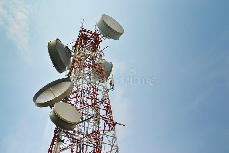 Den stora antennkommunikationen står hög teknologi royaltyfri bild
