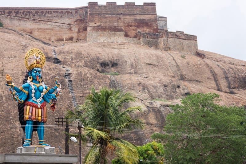 Den stora blåa Kali statyn på foten av Dindigul vaggar fortet arkivbild