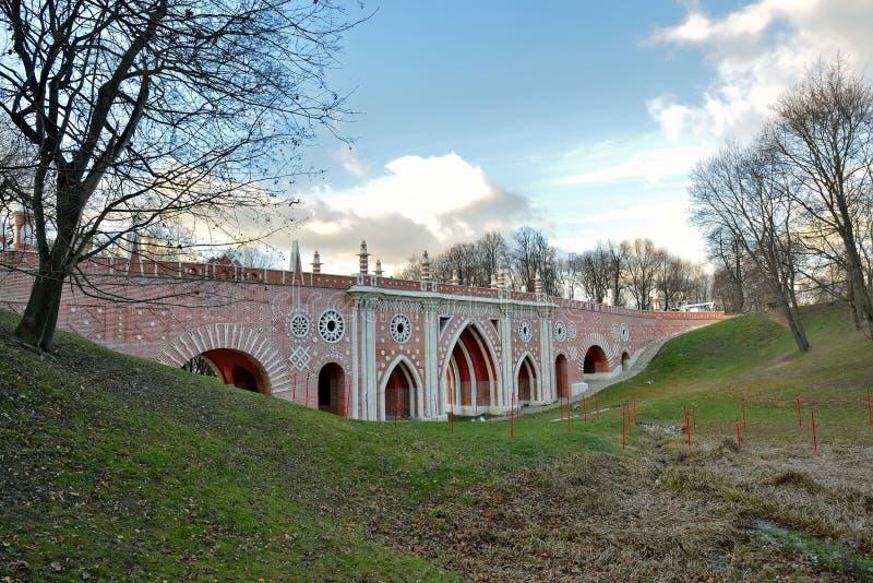 Den stora bron över ravin i Moskvamuseum parkerar Tsaritsyno fotografering för bildbyråer