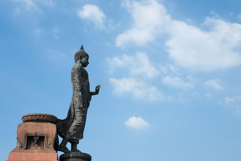 Den stora Buddhastatyn i anseende poserar, beskådat från sidan med himmelbakgrund royaltyfri fotografi
