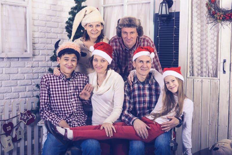 Den stora familjen firar jul tillsammans royaltyfria bilder