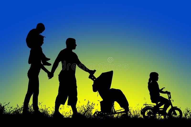 Den stora familjen går på solnedgången arkivbilder