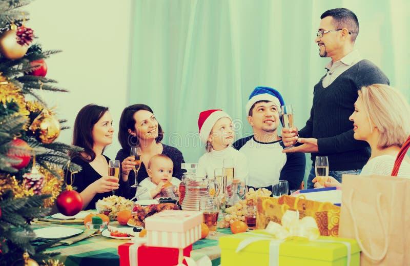 Den stora familjen med barn firar jul arkivfoton