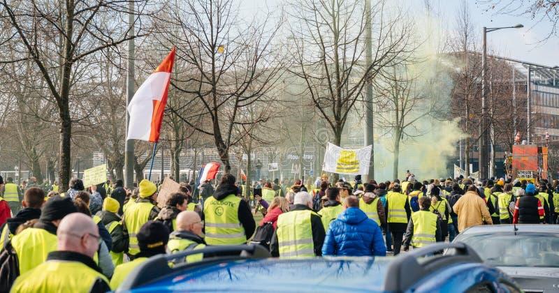 Den stora folkmassan av västar för den franska gatan för folk gula protesterar royaltyfri foto