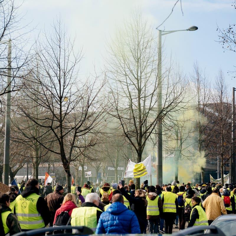 Den stora folkmassan av västar för den franska gatan för folk gula protesterar arkivbild