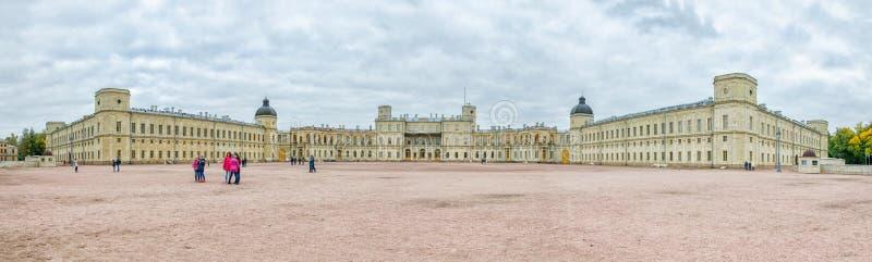 Den stora Gatchina slotten Främre panoramasikt arkivfoto