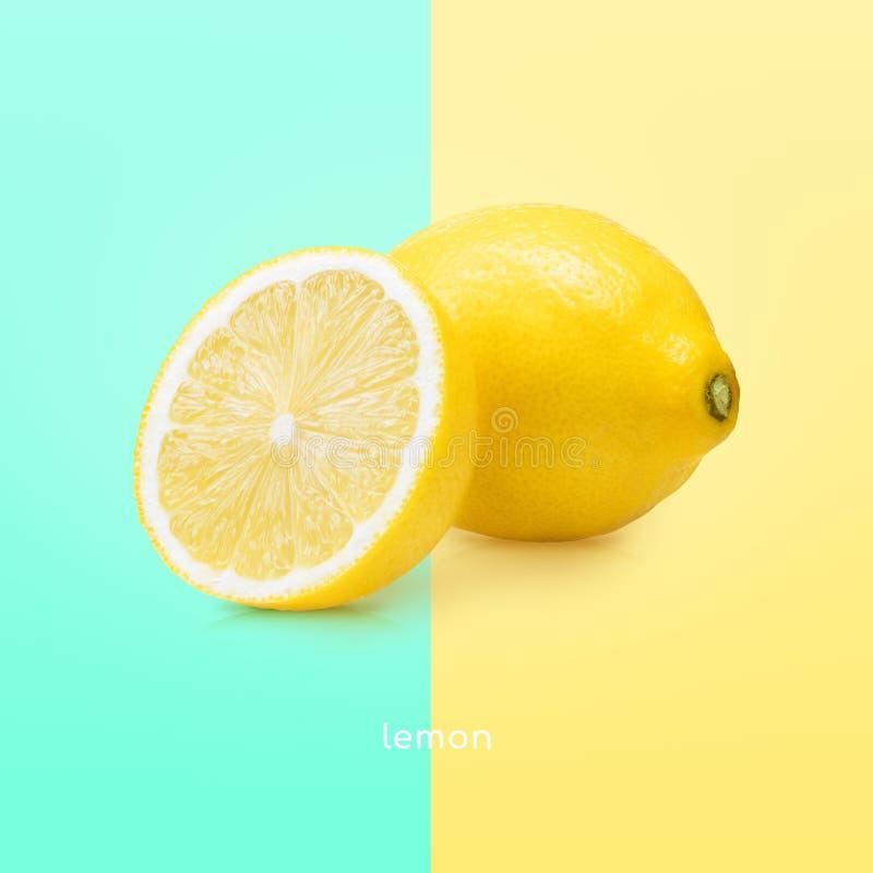 Den stora gula citronen ligger p? en bl? platta p? en gul bakgrund royaltyfria bilder