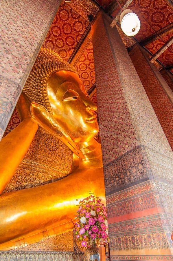 Den stora guld- vilaBuddha inom Wat Pho, Bangkok, Thailand royaltyfri foto