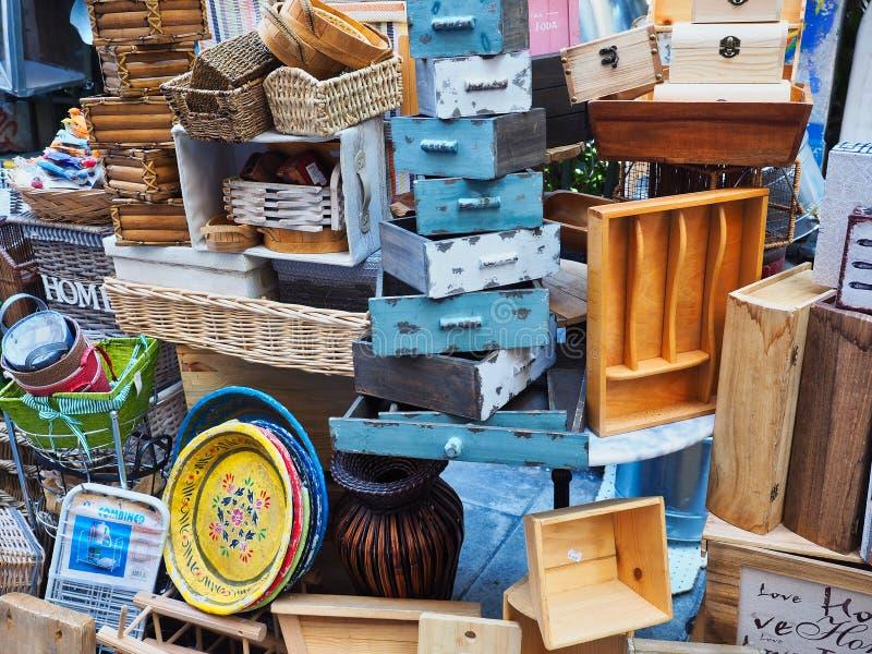 Den stora högen av hushållobjekt, Atenloppmarknad shoppar, Grekland royaltyfria foton