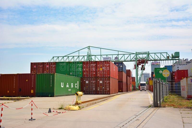 Den stora industriella behållareterminalen och spjällådor på inlands- port på Neckar River kallade 'Salzkai 'i Mannheim arkivbilder