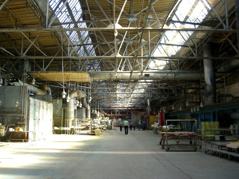 Den stora industriella lokalen av växtfabriksproduktionen shoppar arbetande maskiner i företaget arkivfoto