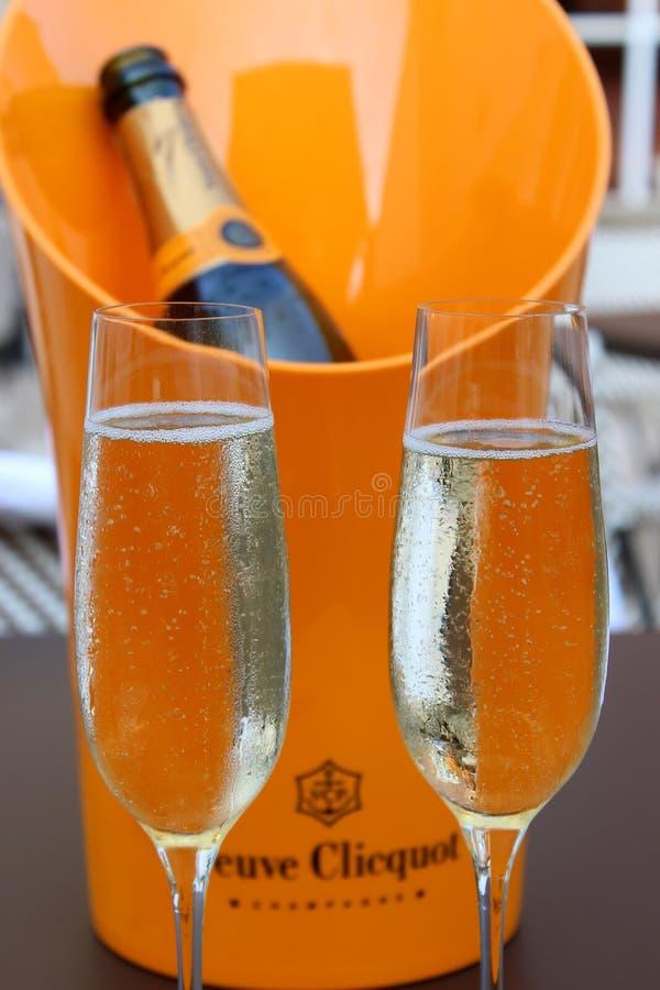 Den stora ishinken med flaskan och två fyllda flöjter av Neuve Clicquot Champagne, blåa Hen Beer och vin arbeta i trädgården, Sar arkivfoto