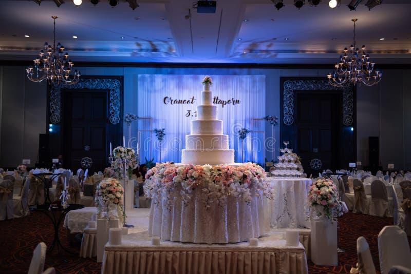 Den stora kakan ordnades beautifully för ett gifta sig parti t arkivbilder