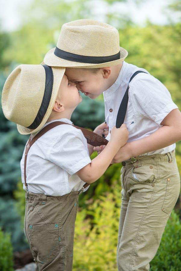 Den stora kraftmätningen med unga pojkar Barnlek, två bröder royaltyfri fotografi