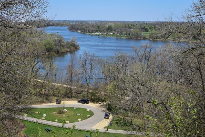 Den stora kullen parkerar sceniskt förbiser av vaggar floden, Beloit, WI arkivfoto