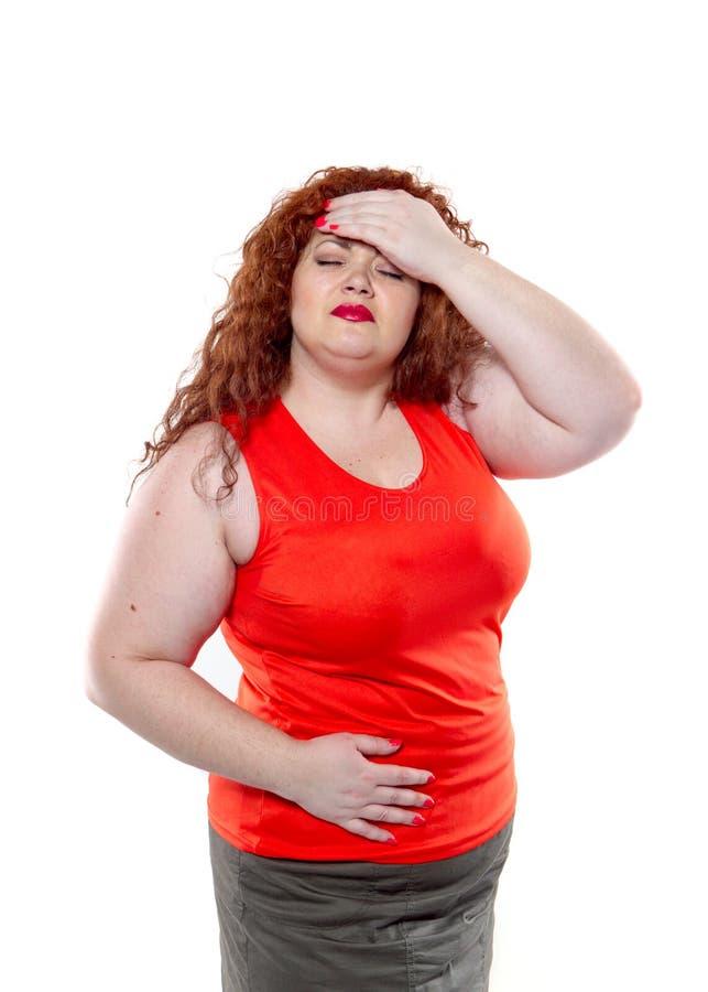 Den stora kvinnan med röd läppstift och stort buk- smärtar, det dåliga lynnet arkivfoton
