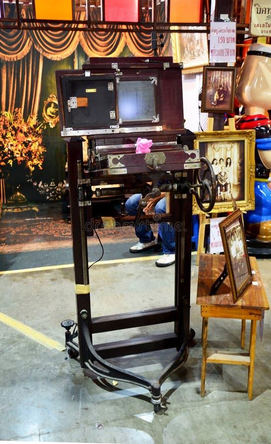 Den stora mässingsantika kameran för tar fotohandelsresanden arkivfoton