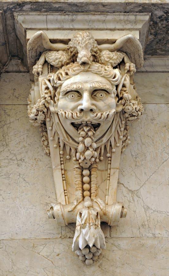 Den stora maskeringen namngav mascaron, den arkitektoniska fantasin, handelskammaren, Cadiz, Andalusia, Spanien arkivfoto