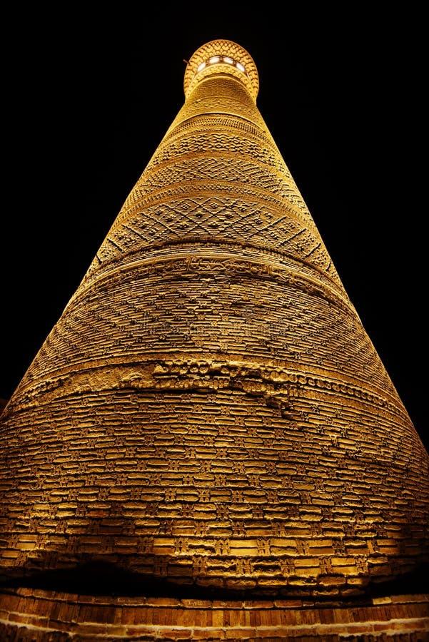 Den stora minaret av Kalon det historiska forntida fördärvar nattplatsen, Bukhara, Uzbekistan fotografering för bildbyråer