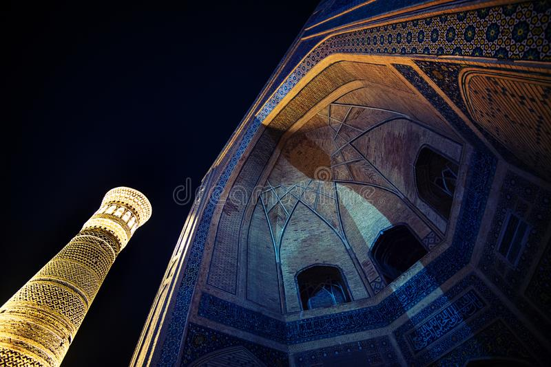 Den stora minaret av Kalonen och för den tysta Kalon moskén historiskt forntida fördärvar nattplatsen, Bukhara, Uzbekistan fotografering för bildbyråer