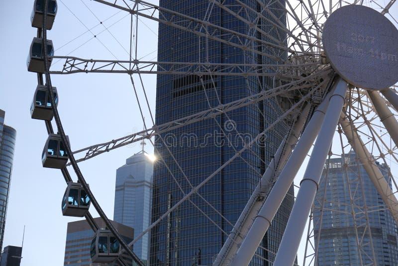 Den stora pariserhjulen i centrala Hong Kong med kommersiell byggnad bakom royaltyfri foto