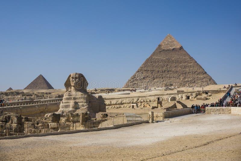 Den stora pyramiden av Giza och sfinxen, Kairo, Egypten fotografering för bildbyråer