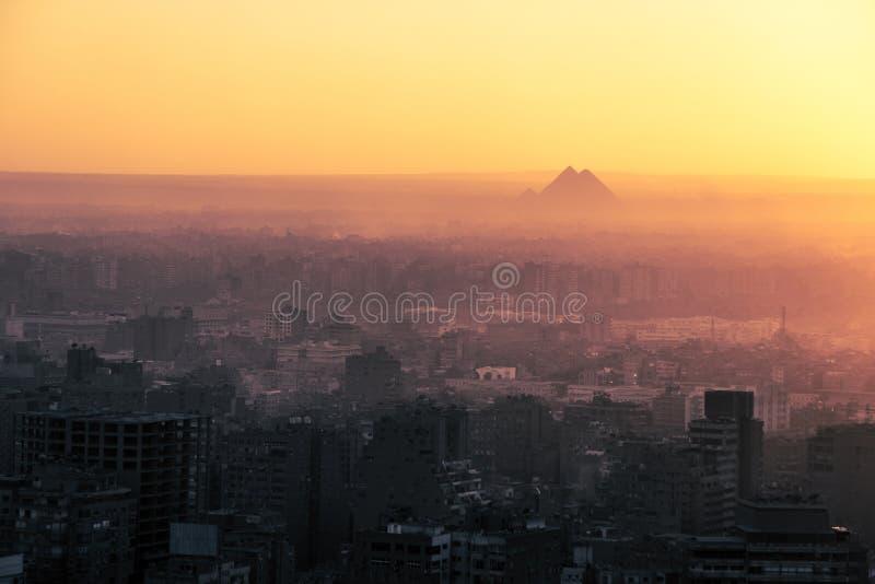 Den stora pyramiden av Giza och sfinxen, Kairo, Egypten royaltyfri foto