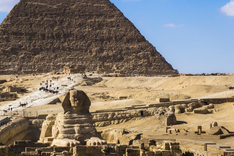 Den stora pyramiden av Giza och sfinxen, Kairo, Egypten arkivfoton