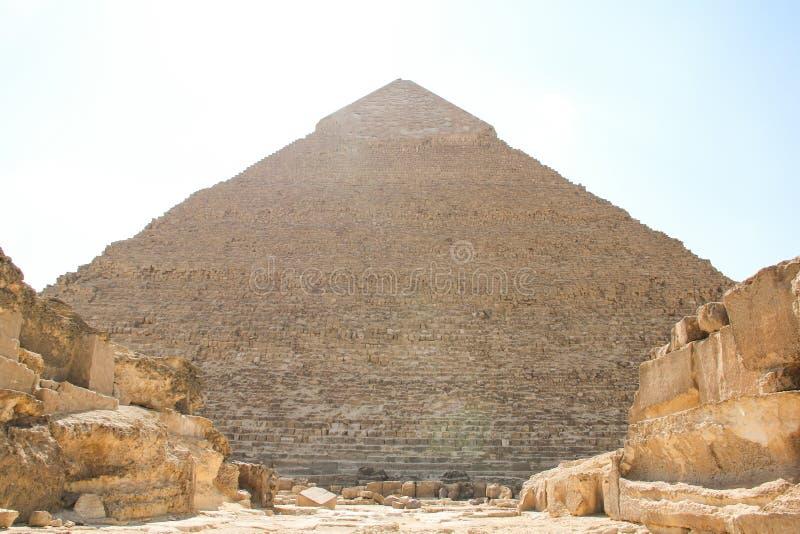 Den stora pyramiden av Pharaoh Khafre och ruinerna av arkitektonkomplexet Giza i Kairo arkivfoton