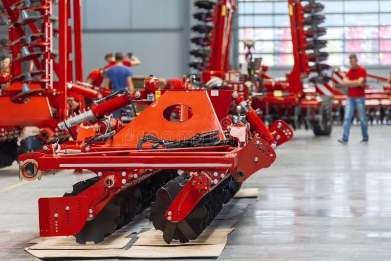 Den stora, rymliga och ljusa enheten shoppar Tillverkning av skuggad och monterad jordbruks- utrustning royaltyfri foto