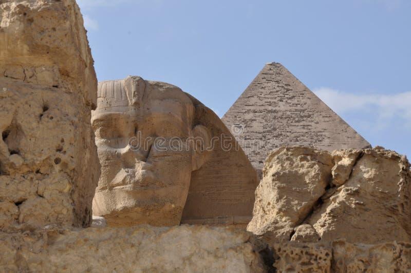 Den stora sfinxen av Egypten och den stora pyramiddetaljen royaltyfri bild