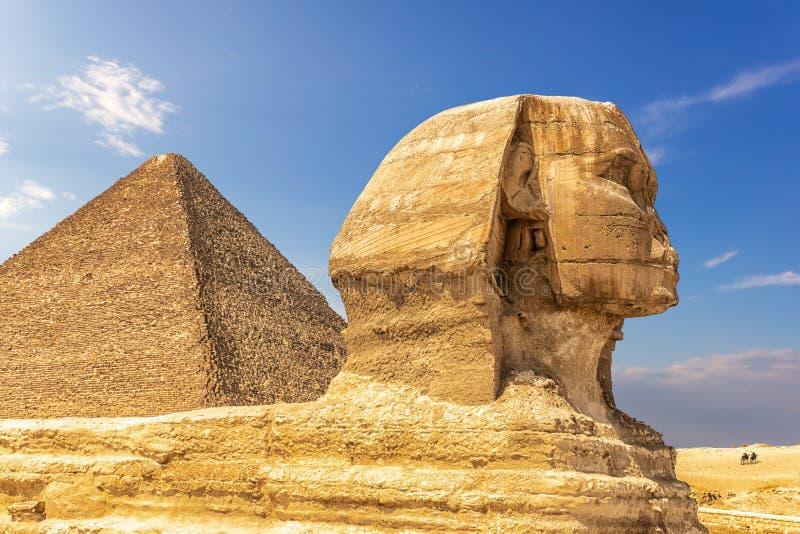 Den stora sfinxen och pyramiden av Cheops, Giza, Egypten royaltyfria foton