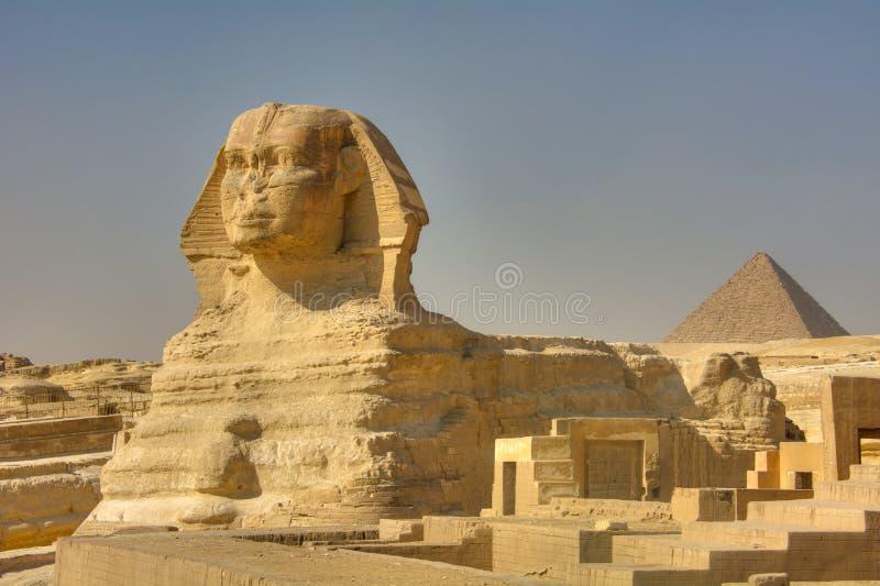 Den stora sfinxen och pyramiden av Kufu, Giza, Egypten arkivfoton