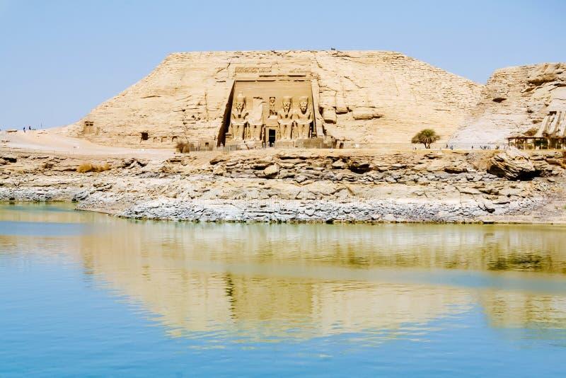 Den stora templet av den Ramesses II sikten från sjön Nasser, Abu Simbel royaltyfria bilder