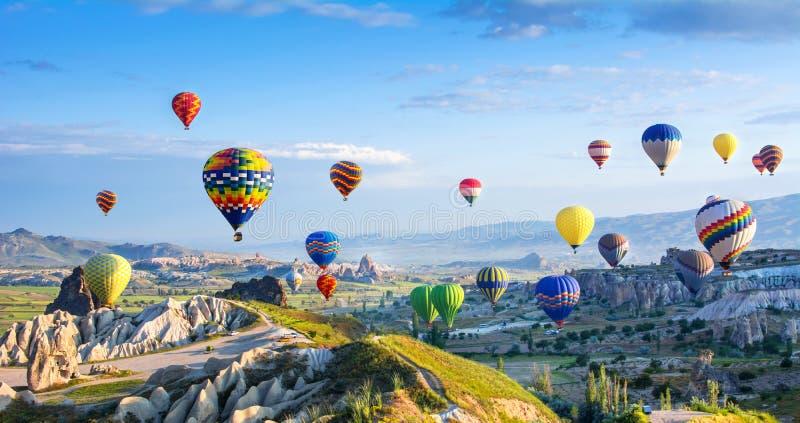 Den stora turist- dragningen av Cappadocia - svälla flyget lock royaltyfria bilder