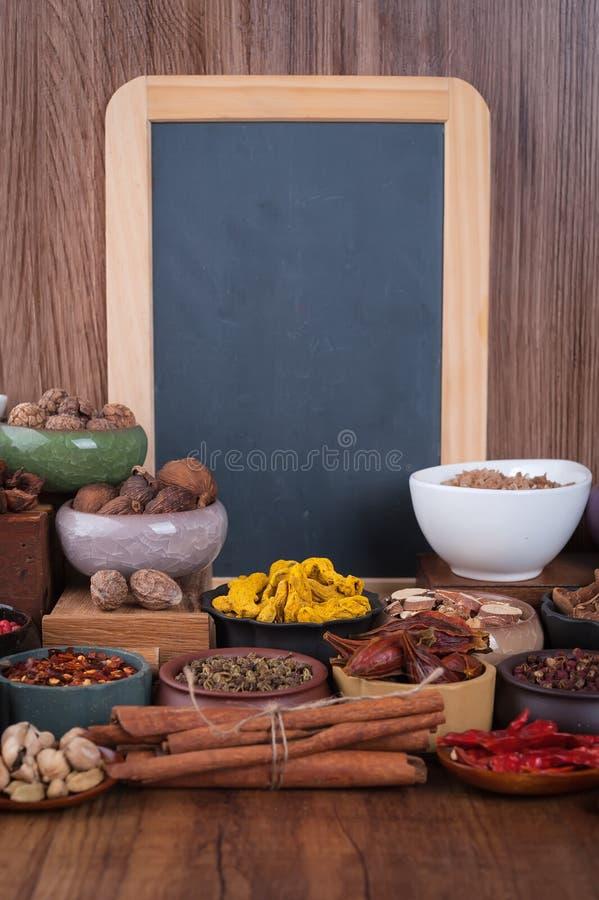 Den stora uppsättningen av kryddor, smaktillsatser och saltar arkivfoto