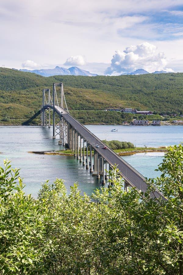 Den stora vägbron förbinder norska öar på Lofoten, Nordlan royaltyfria bilder