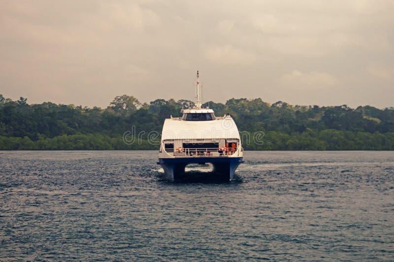 Den stora yachten som svävar i havet arkivbild