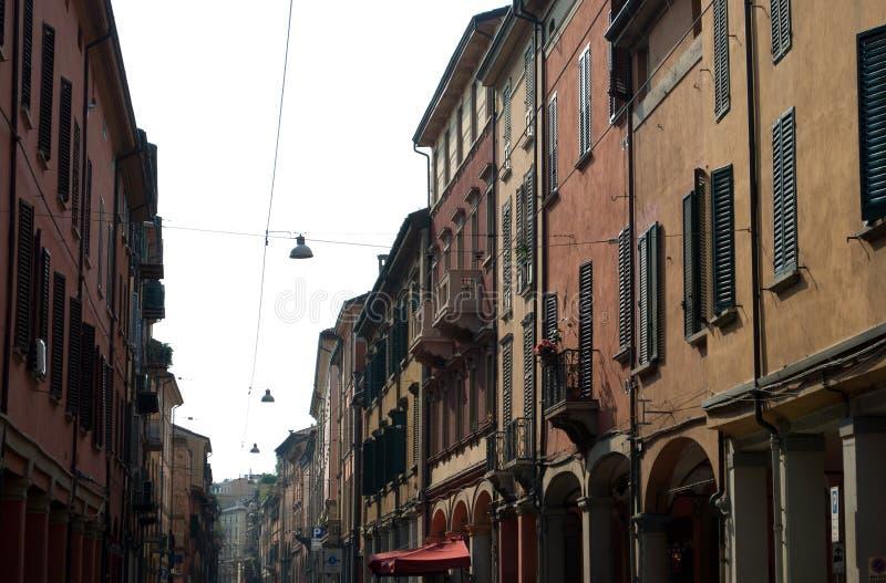 Den storartade arkitekturen av centret av bolognaen arkivfoto