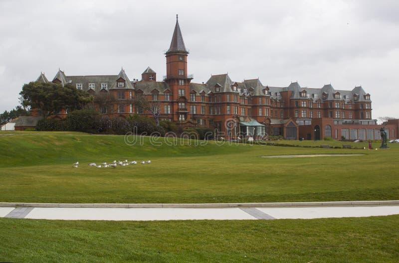 Den storartade ingången till det lyxiga Slieve Donard hotellet arkivbild