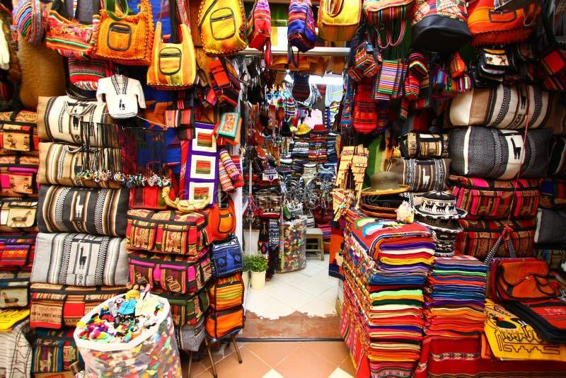 Den storartade peruanen shoppar i Cuzco royaltyfria foton